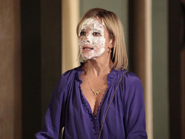Júlia também fica com a cara toda suja