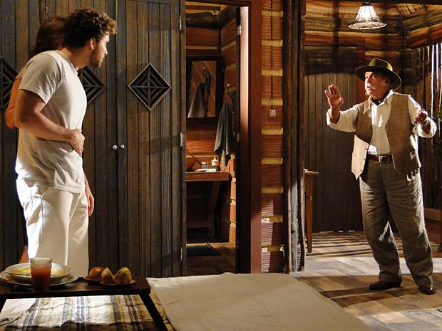 Sabendo do que Max é capaz, Vítor entra na frente de Amélia querendo proteger a amada do fazendeiro