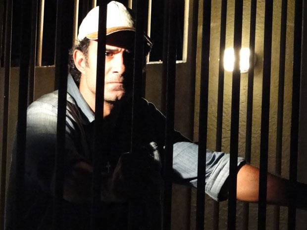 Abner fica detido depois de brigar com Júlia