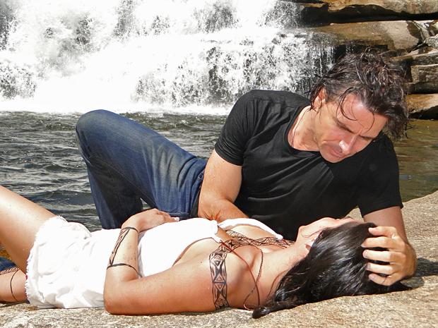 Rola um clima entre Solano e Estela na cachoeira