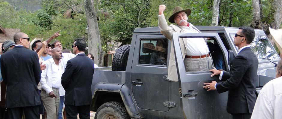 Max manda uma 'banana ' para o povo de Girassol ao sair da delegacia  (Araguaia / TV Globo)