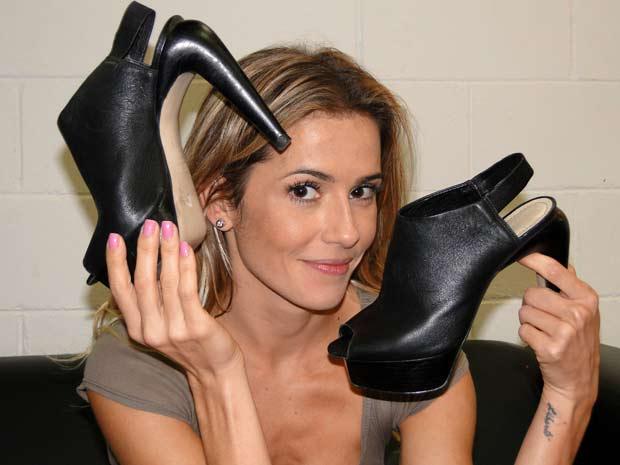 Deborah mostra os sapatos de Natalie