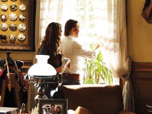 Solano e Manuela fogem pela janela para não serem flagrados por Max