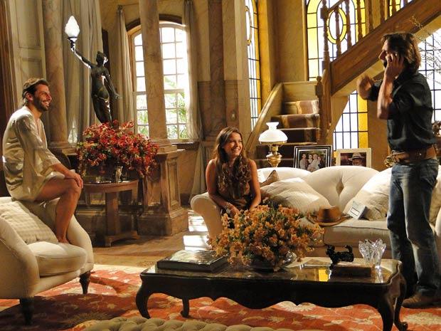 Manuela pede para Solano analisar os extratos de Max com ela
