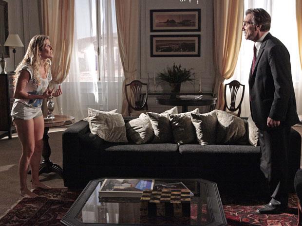 Natlie se explica para Cortez, mas ele não aceita o que a amante fez ao se despri na frente dos fotógrafos