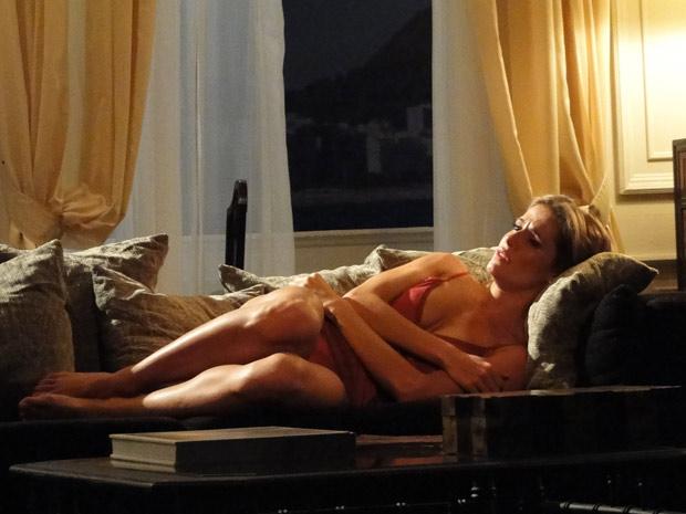 Natalie não atende aos telefonemas insistentes de Cortez e chora sozinha, no hotel