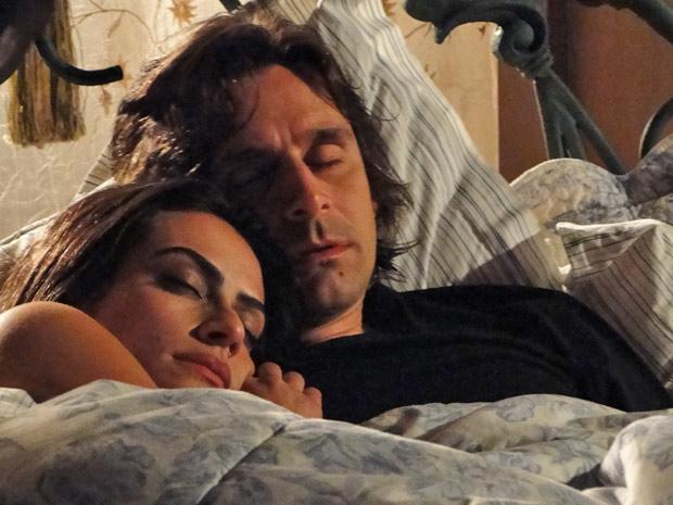 A índia adormece no peito do amada após noite de filme