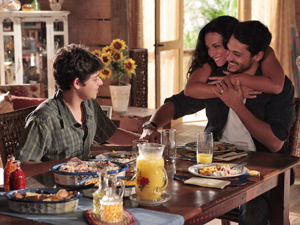 Janaína abraça Fred depois dele chamar Bruno de filho