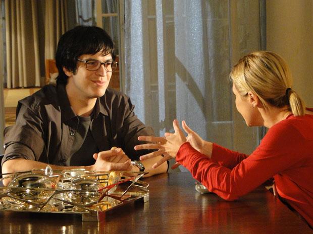 Júlia pede ajuda de Ícaro para não prejudicar Abner