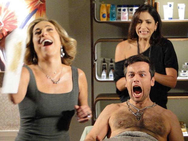 Élcio não esconde a dor ao passar por uma sessão completa de depilação