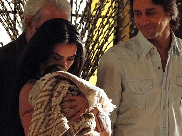 Estela beija recém-nascido com quem contracenou, enquanto Murilo Rosa observa