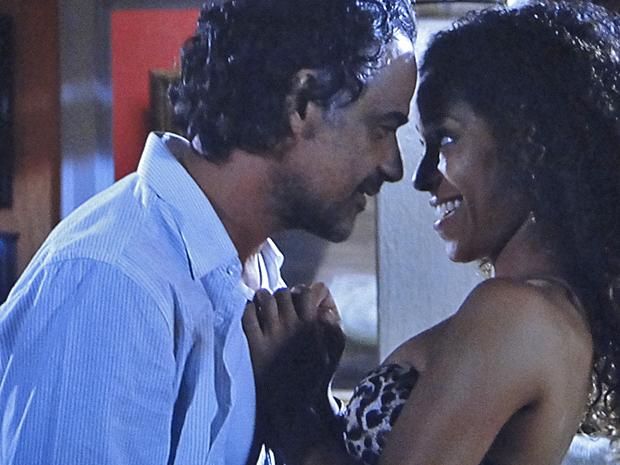 Geraldo afirma que Safira é irresistível e a joia pede a ele para mostrar que está dizendo