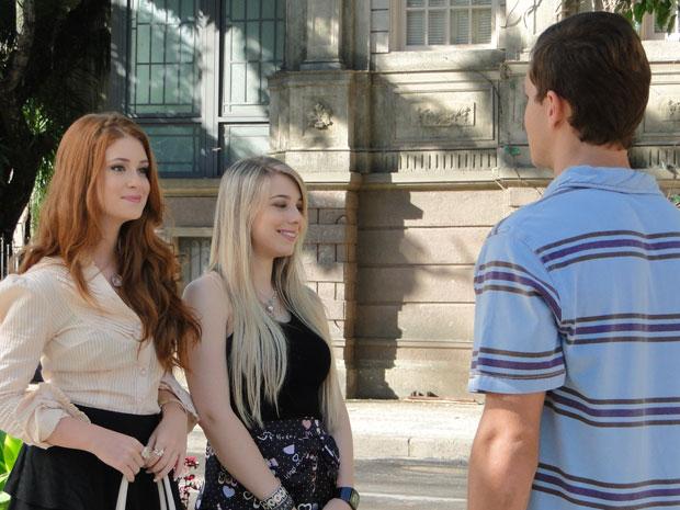 Guilherme esbarra com Alice e Inês na praça