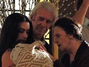Laura Cardoso e Juca de Oliveira brincam o bebê