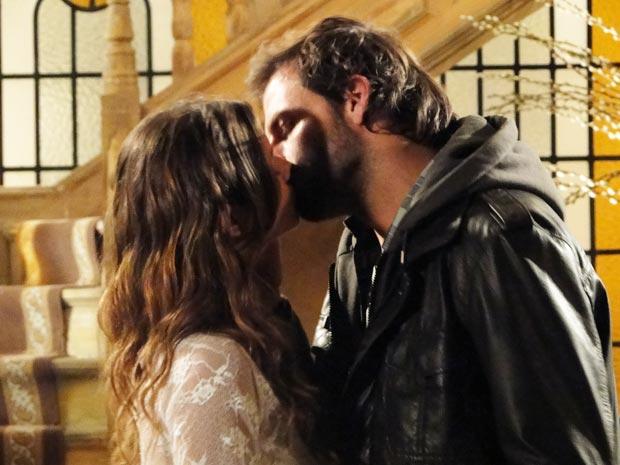 Rudy e Manuela se beijam
