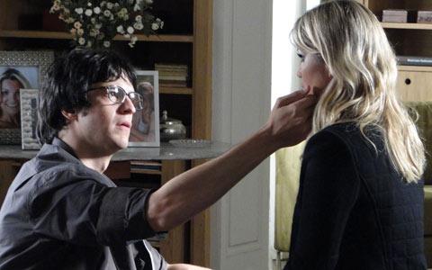 Ícaro mostra para Naomi o que é carinho e ela gosta da sensação (Morde & Assopra/Tv Globo)