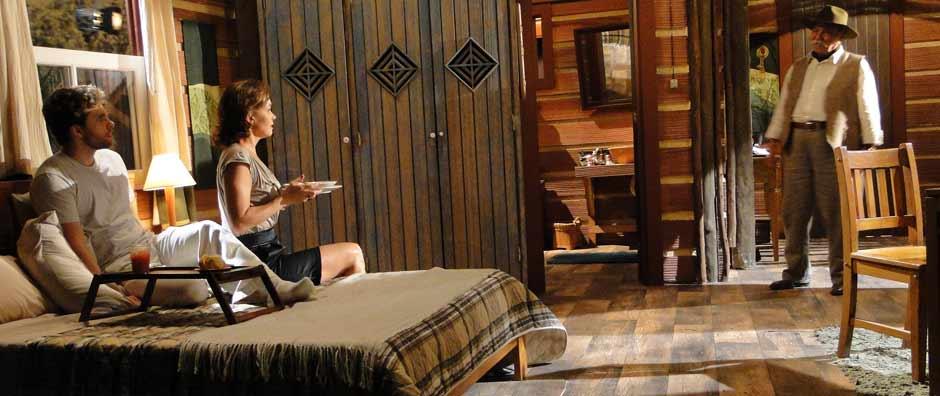 Max interrompe momento romântico de Amélia e Vitor (Araguaia/TV Globo)