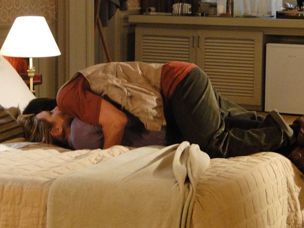 Cristiano rola na cama com Júlia