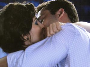 ...Eduardo também embarca no beijo