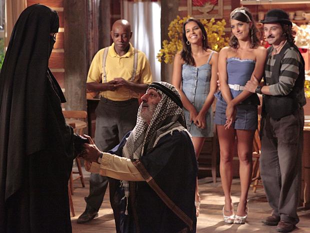Mamed se ajoelha diante de Jamila e pede a odalisca em casamento