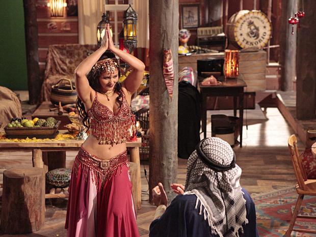 Jamila aceita o pedido, tira o véu e mostra o rosto