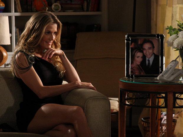 Natalie posa ao lado de um porta-retrato que mostra a loira abraçada a Cortez
