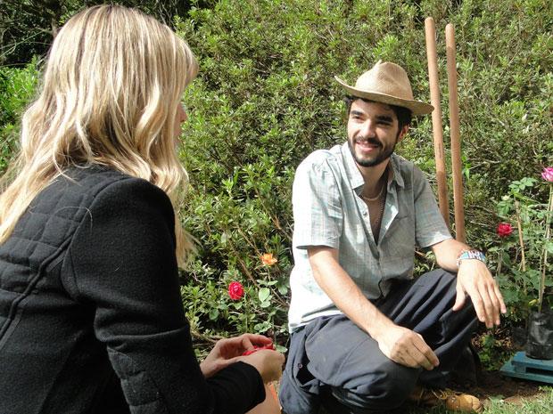 Leandro não esconde a felicidade com a presença de Naomi no jardim