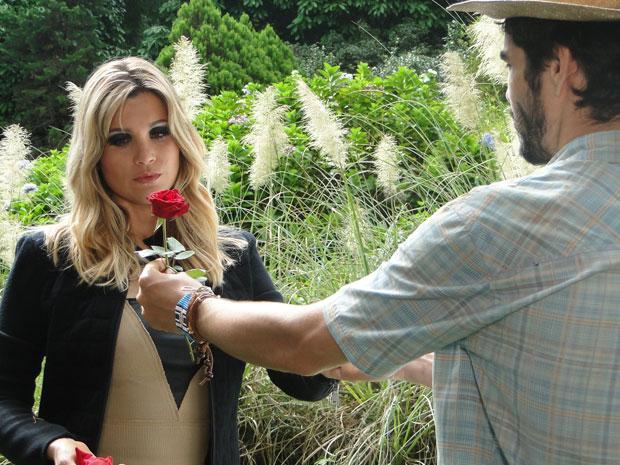 Naomi ganha nova rosa de Leandro