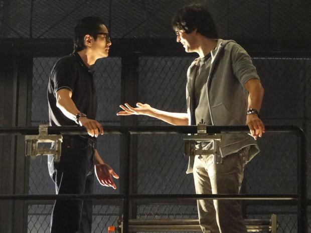 Akira conta a Ícaro sobre o encontro entre Naomi e Leandro
