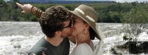 Finalmente a sós, Vitor e Amélia se divertem longe do Araguaia (Araguaia/TV Globo)