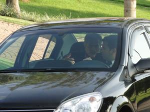Teodoro chega de carro à rua onde mora Gisela