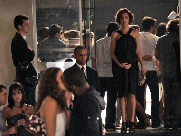 Carol precisa que André a leve para a maternidade, mas ele está beijando outra