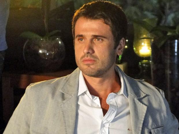 Pedro observa Marina pela parede de vidro, sem coragem de entrar na festa