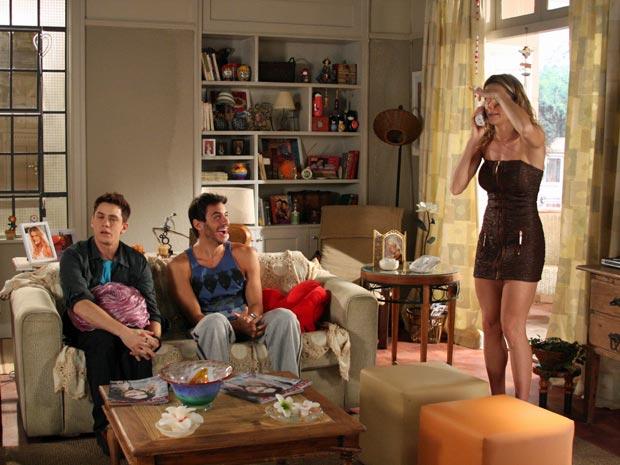 Natalie disfarça a voz e Douglas cai na gargalhada