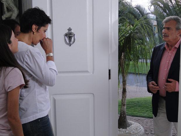 Gisela abre a porta de casa e vê Teodoro