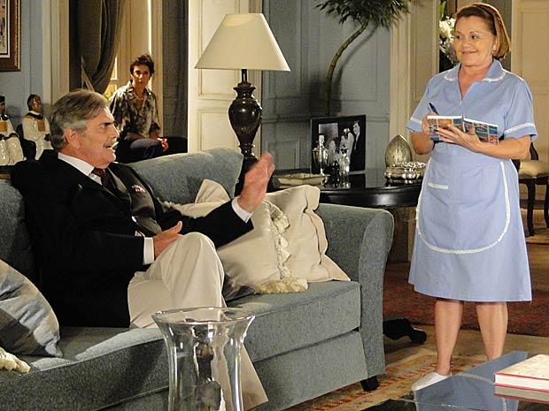 Sem que Teodoro perceba, Gisela ouve o milionário dizendo que quer se casar com ela