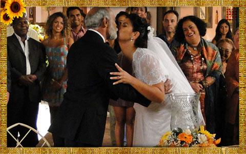 Aspásia e Genão se casam. Lurdinha pega o buquê (Araguaia/TV Globo)