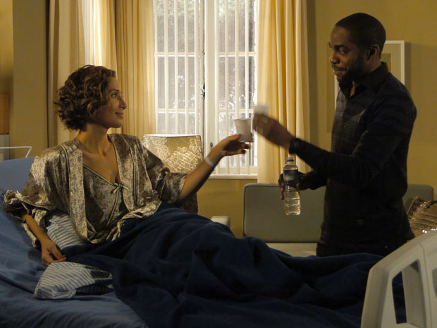 Carol e André selam a amizade com brinde
