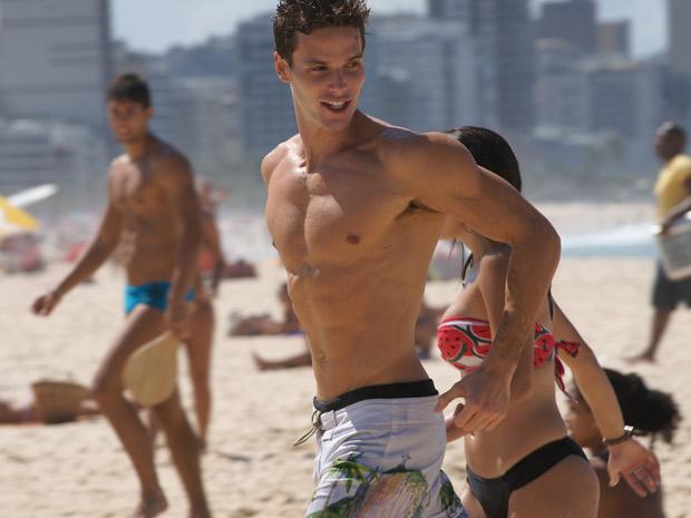 Jonatas Faro em cena na praia como Rafa