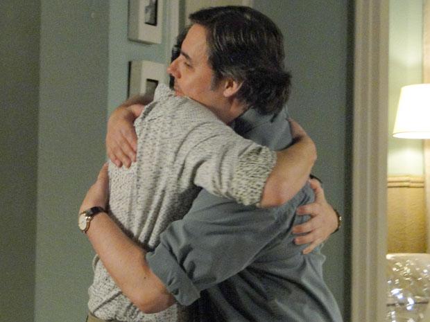 Gabino convida Kléber para morar com ele, Daisy e Olívia