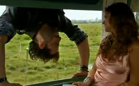 Irreverente, Rudy conquista o coração de Manuela (Araguaia/TV Globo)