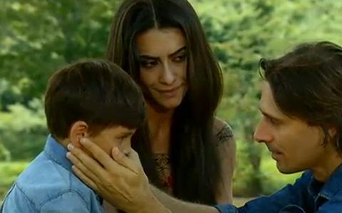 Solano dá o muiraquitã de presente para o filho, Beni (Araguaia/TV Globo)