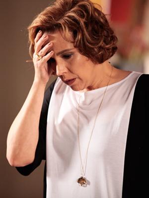 """Clarice fica arrasada quando vê a revista """"Espelho"""" com a foto de Natalie ao lado de Cortez"""