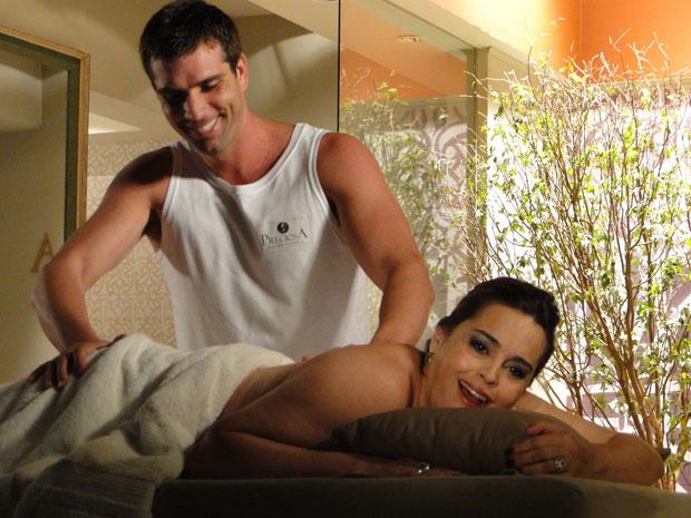 Duda recebe massagem de Zé Paulo