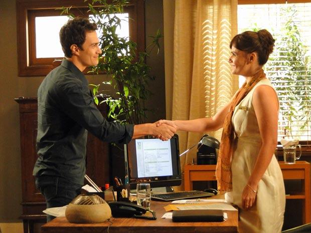 Léo impressiona a gerente, Marisa (Luisa Friesi), contando história triste