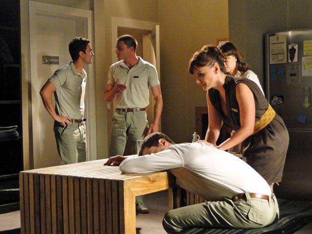 Marisa fica aflita ao ver que Nicolas não acorda de jeito nenhum