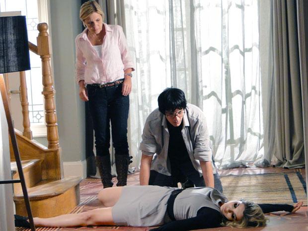 Júlia obseva Naomi caída no chão