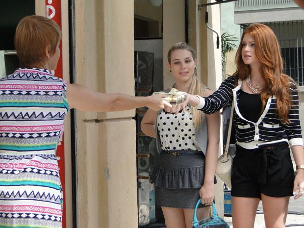 Lilian dá caixa de bombons para Alice