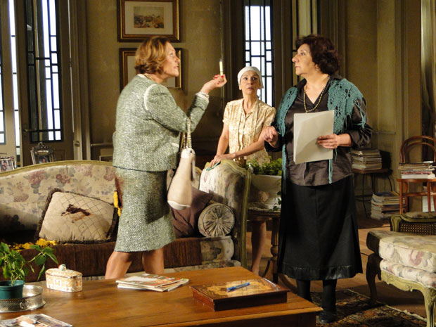 Depois de sujar a roupa com chocolate, Minerva implora para Salomé fechar contrato