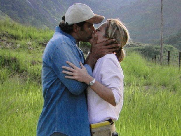Abner e Júlia se beijam